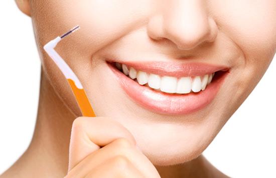 ¿Cómo usar un cepillo interproximal?